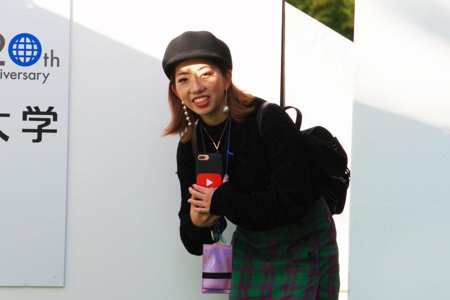 ステージ裏からこっそりのぞき込む、登美丘高校ダンス部でコーチを務める振付師のakaneさん