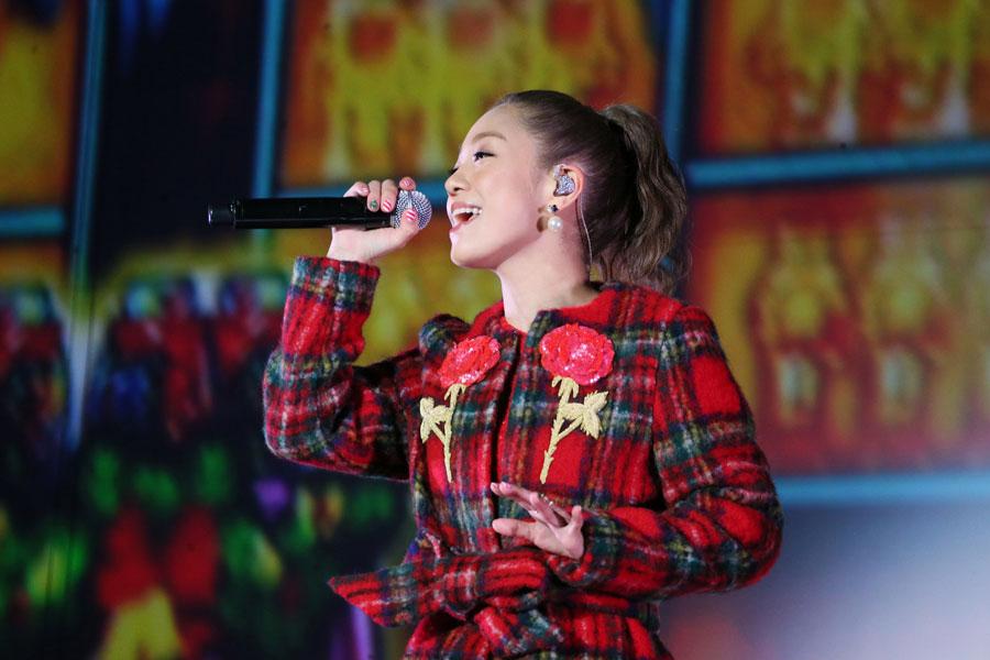 プロジェクションマッピングのステージの前で、3曲を熱唱する西野カナ(16日、ユニバーサル・スタジオ・ジャパン)