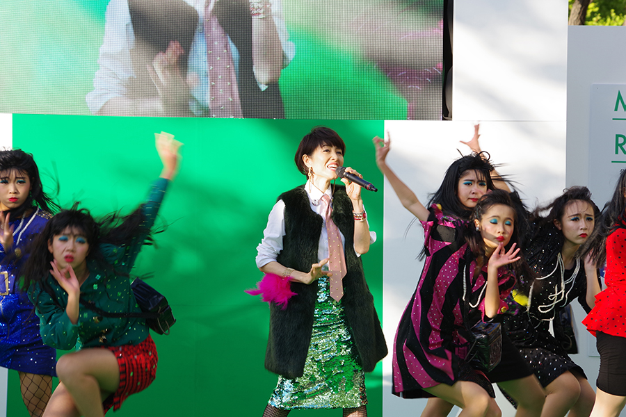 『御堂筋オータムパーティー2017 御堂筋ランウェイ』に登場した荻野目洋子(12日・大阪市内)