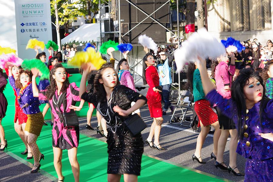 御堂筋でパフォーマンスを披露した大阪の登美丘高校ダンス部(12日・大阪市内)
