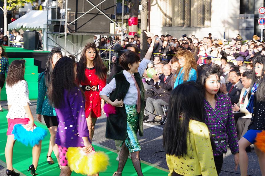 御堂筋でパフォーマンスする荻野目洋子と登美丘高校ダンス部(12日・大阪市内)