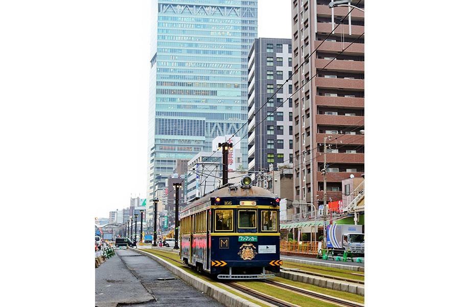 背景にはあべのハルカス、映画『オリエント急行殺人事件』コラボ列車(8日・大阪市内)
