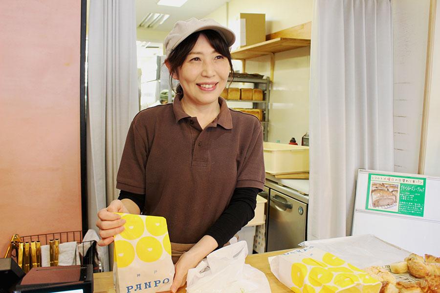 「ブーランジェリー レコルト ロンポワン」の紙袋には、玉ねぎ・チーズとトマト・オリーブのチャパタが食べやすいサイズで入っている(250円)