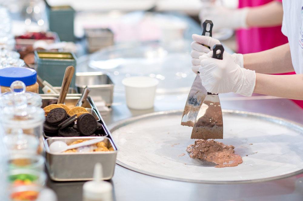 液状のアイスクリームをマイナス10度のプレートに広げていく