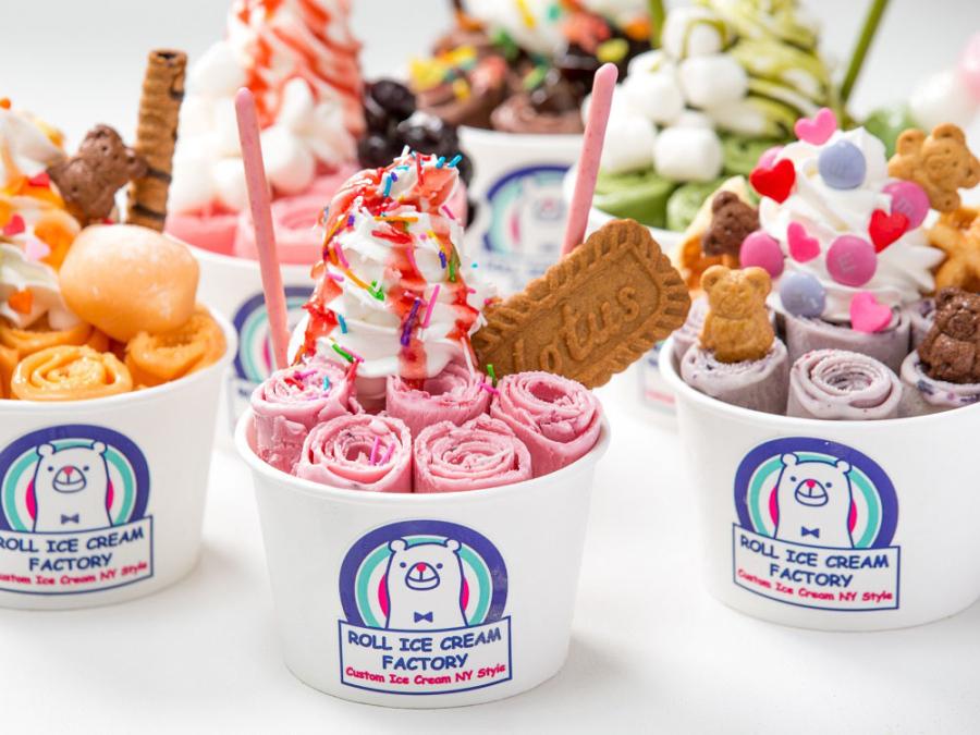 くるくるとカールしたアイスクリームを、クッキーやソースで自由にデコレーション