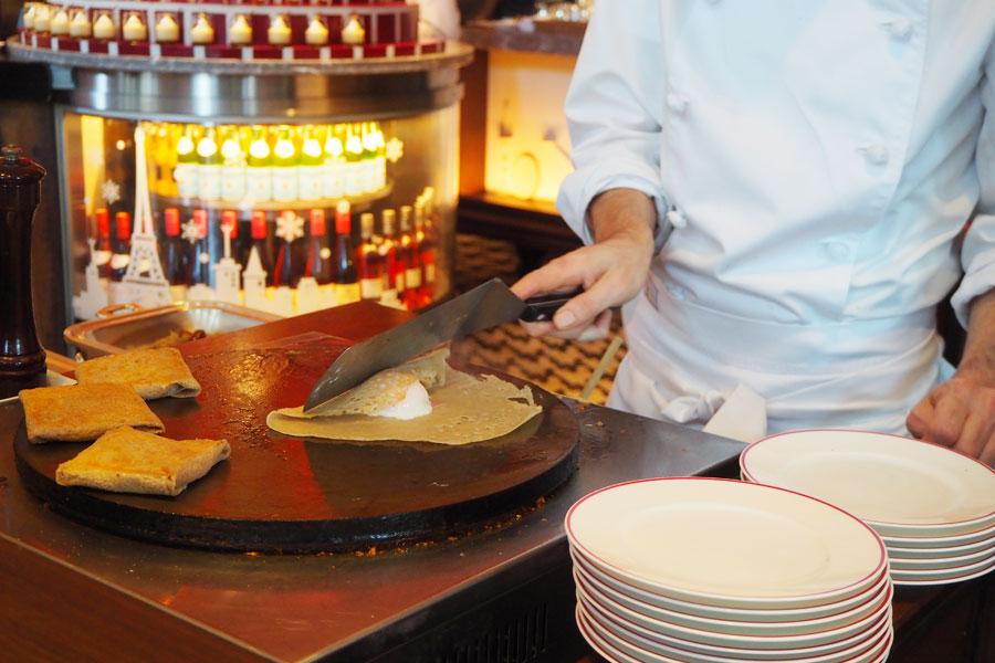 シェフが目の前で作ってくれるガレットには、ハム、たまご、チーズなど