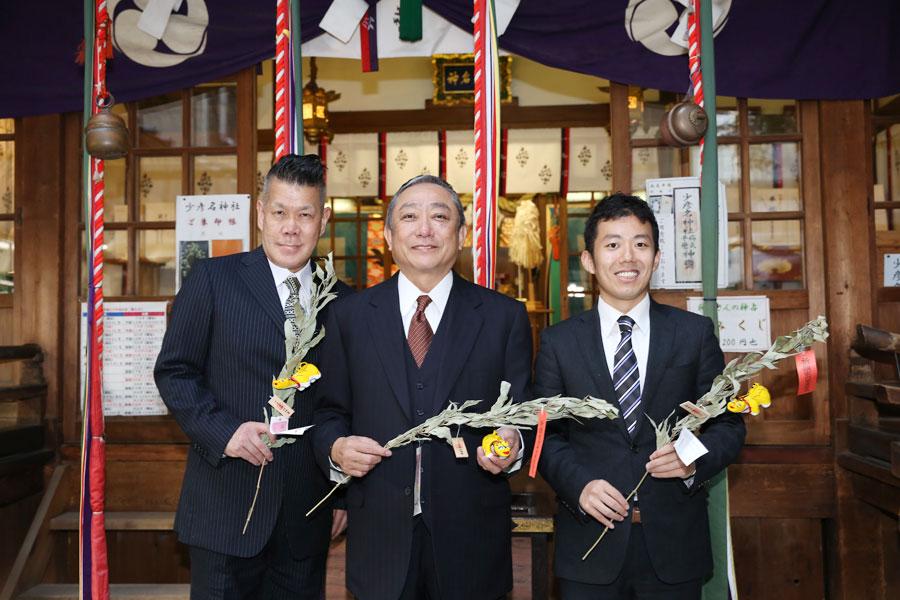 薬の神様で知られる「少彦名神社」を参拝し、成功祈願した3人。左から梅垣義明、渋谷天外、藤山扇治郎