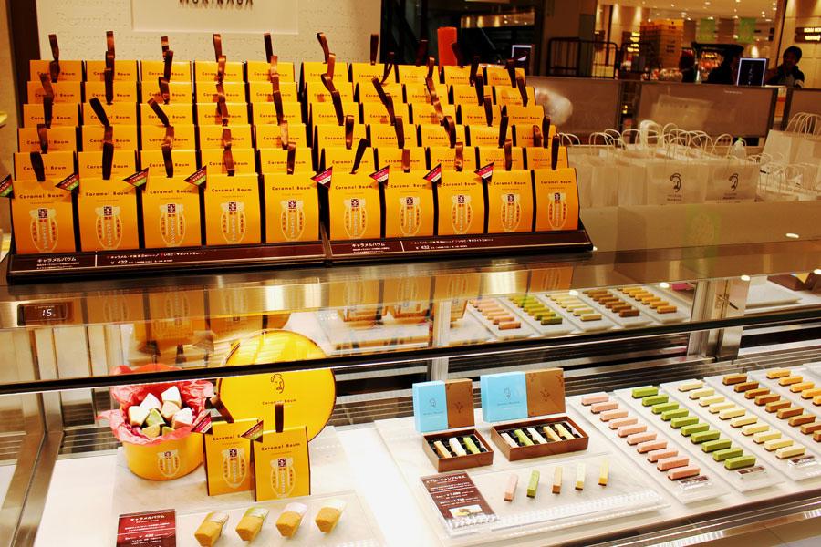 「TAICHIRO MORINAGA」店頭のショーケースに並ぶ懐かしいキャラメルのパッケージ