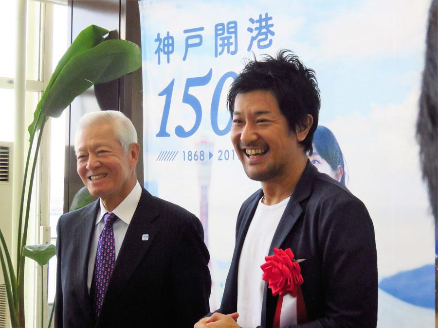 神戸は憧れの街だったと話すチームラボ代表の猪子寿之さん(右)と実行委員会会長の久保昌三さん (16日・神戸市)