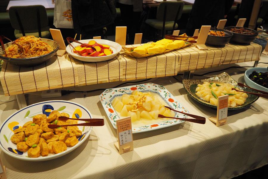 「大根炊いたん柚子風味」や「かぶら鶏そぼろ」などおばんざいがブッフェ形式で並ぶ「京都ことこと」(メニューは日により異なる)