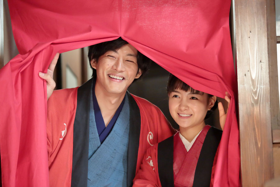 『わろてんか』より藤吉役の松坂桃李(左)、てん役の葵わかな