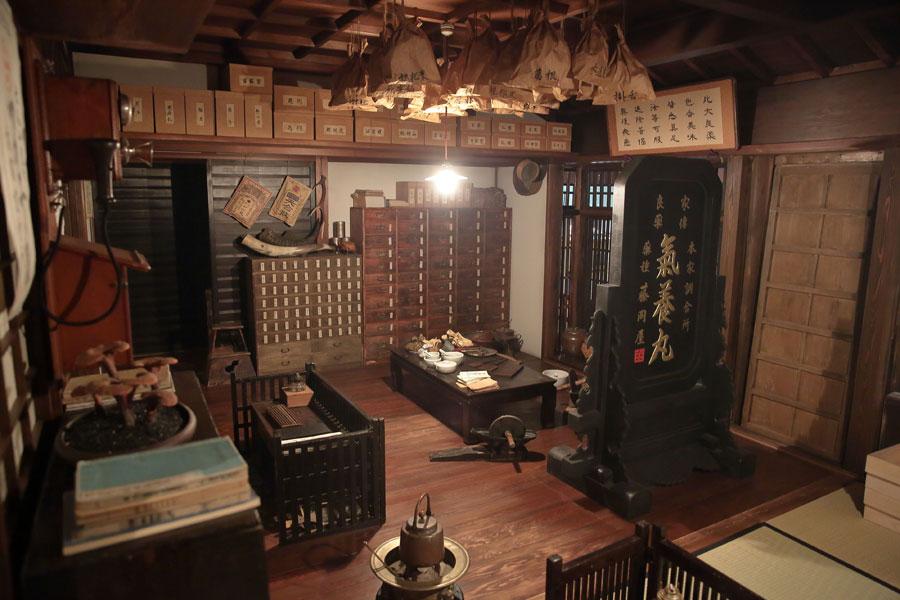 初期の藤岡屋のセット。細かく仕切られた棚や天井には袋が吊られている