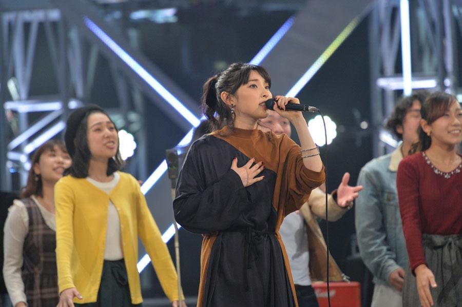 将来音楽の世界での活躍を夢見る専門学校の生徒と「僕たちの未来」を合唱した家入レオ