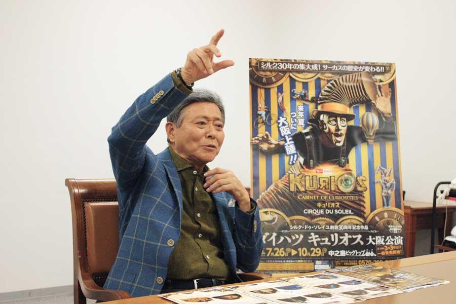 演者が観客をいじって誘惑する『コミックアクト』を説明する小倉。「日本人女性はシャイなところがありますから、いじられたら腰が引けてしまうのではないか」