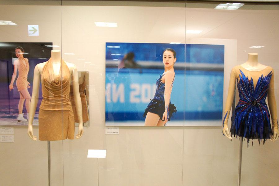 浅田は、「ソチ五輪のフリーの衣裳(写真右)をあらためて見て、当時の演技を思い出した」と話した
