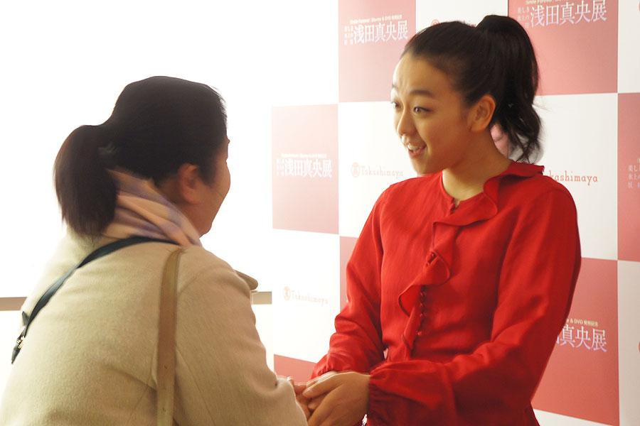 10時のオープンから多くのファンが詰めかけ、ひとりひとり握手を交わす浅田真央(13日・大阪高島屋)