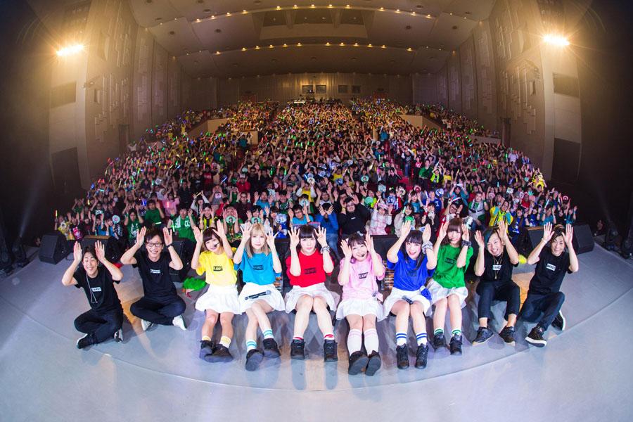 集まった1000人のファンと記念写真を撮るバンドじゃないもん!(17日・大阪市内)