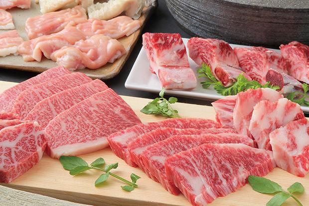 「やきにく萬野ルクア大阪店」では、黒毛和牛の雌牛だけを扱う。38席、ランチ1000円、夜予算3500円