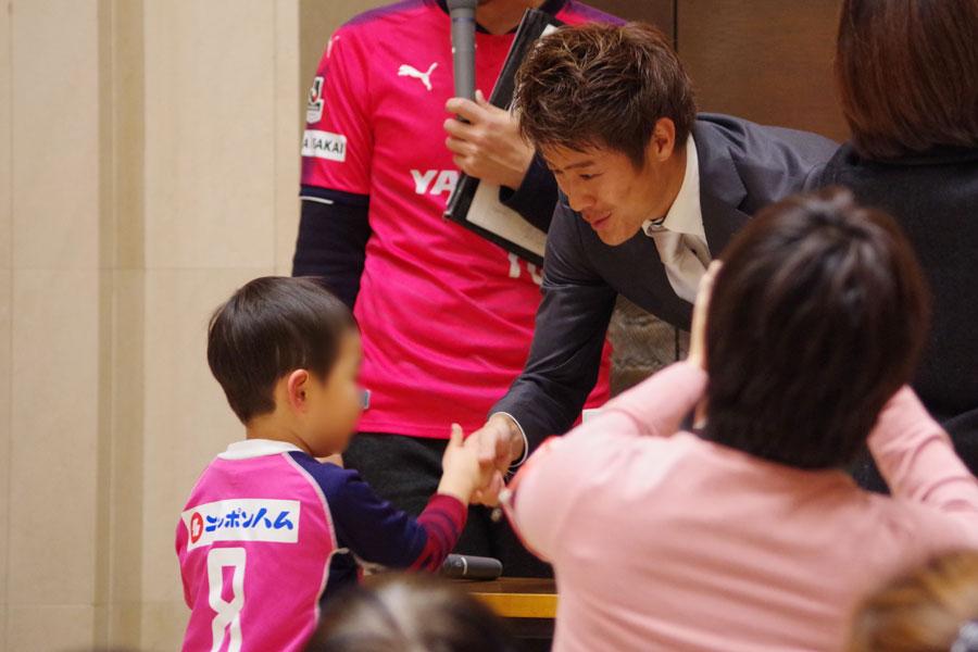 トークショー後におこなわれた握手会では幼いサッカーファンとも笑顔で握手を交わした柿谷
