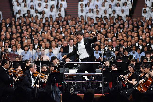 1万人の合唱団とオーケストラを指揮する総監督の佐渡裕