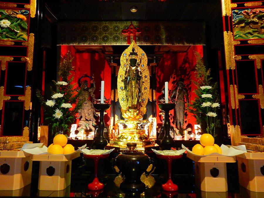 第十五番札所 今熊野観音寺では空海作と伝わる秘仏を公開(写真は、ご本尊の御前立)
