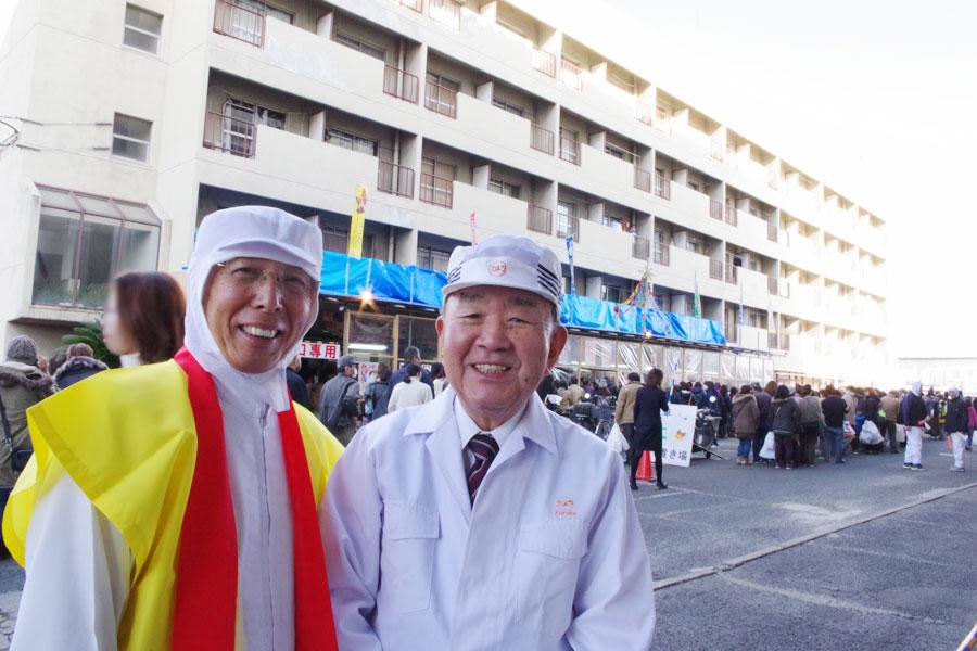 「こんなに多くのお客さまに楽しんでいただき、お菓子屋家業というのは良い商売や、とつくづく思っております」と話す古田鶴彦会長(右)と一岡工場長