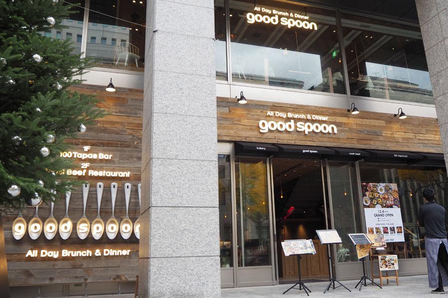 御堂筋沿いにオープンした「All Day Brunch & Dinner good spoon」。お馴染みのスプーンオブジェも