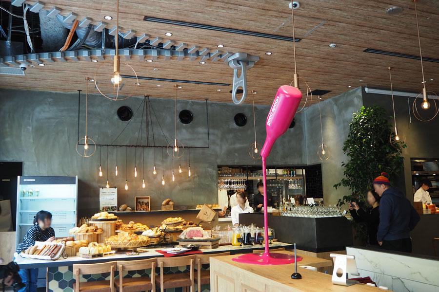 ファスナーで装飾された天井など写真スポットが多い店内。焼きたてパンの良い香りが漂う