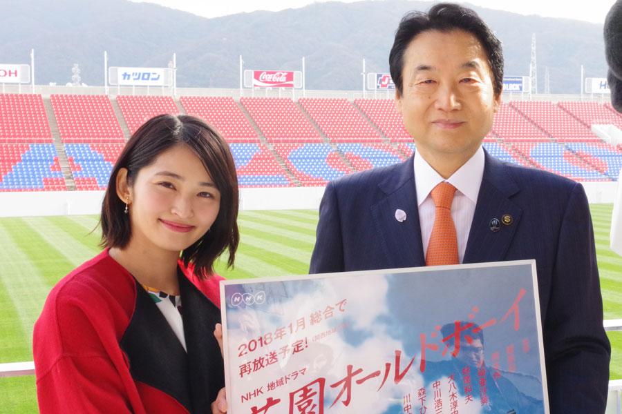 3年ぶりに花園に訪れた岡本玲(左)。右は東大阪市の野田義和市長
