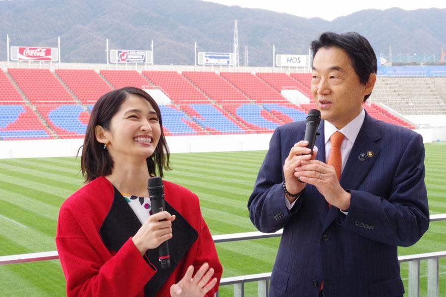 東大阪市の野田義和市長へ、ドラマ再放送の報告を兼ねて来阪した岡本(25日・花園ラグビー場)