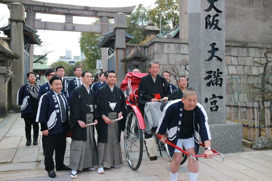 大阪天満宮の境内を通り、本殿で成功祈願をおこなった
