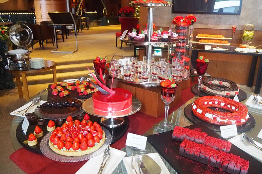 ダークレッド&ブラウンをテーマカラーに、ちょっぴり大人っぽいブッフェテーブル