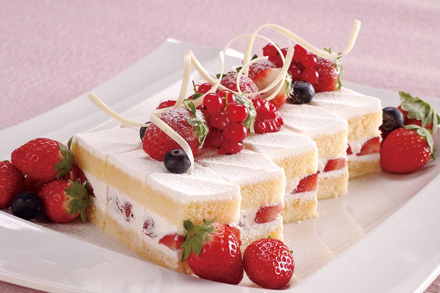 いちごのショートケーキ、ロールケーキのほか、ウェルカムドリンクとして、いちごのノンアルコールドリンクも登場予定