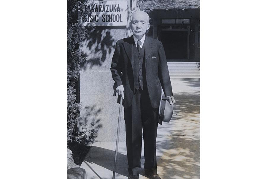 没後60年を記念した『小林一三ワールドⅡ』。宝塚音楽学校前にて撮影