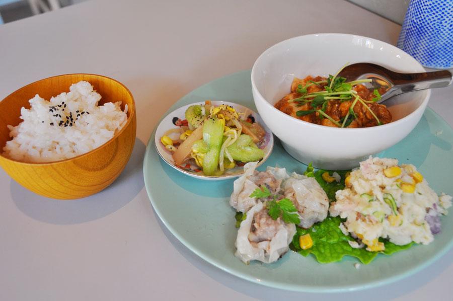 この日はきまぐれLUNCHの日で、麻婆豆腐、レンコン焼売、ポテトサラダ、セロリとザーサイの和物という内容。ご飯はおかわりOK