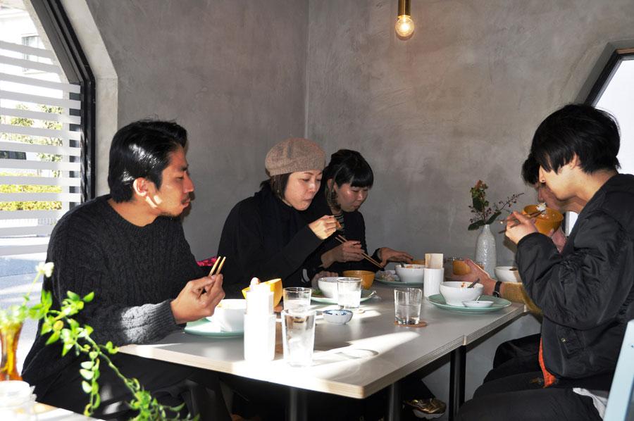 「いろんなおかずが食べられて楽しい」と、ランチに訪れるアーティストら