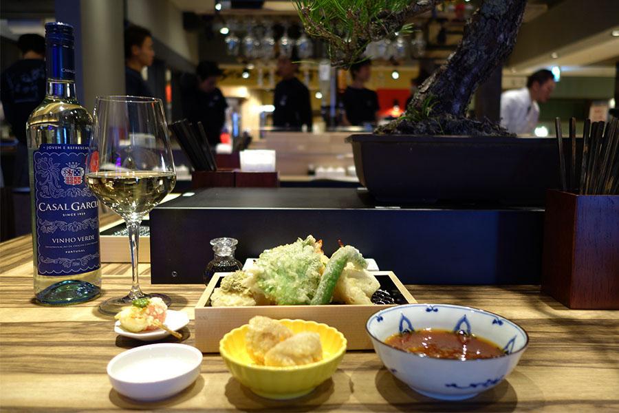 「立呑み・天ぷら 喜久や」の人気は、おでんを天ぷらにした大根、トマトモッツアレラのカプレーゼ、共に200円(税別)