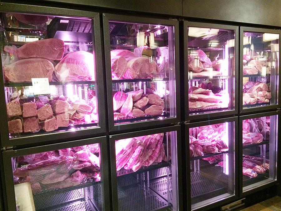 「焼肉トラジ」の巨大肉冷蔵庫の大きさが、気合いを感じさせる