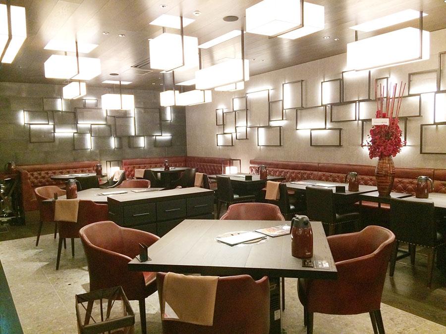 「焼肉トラジ」の店内は、バルチカのなかで唯一、ゆったりとしたテーブル席に