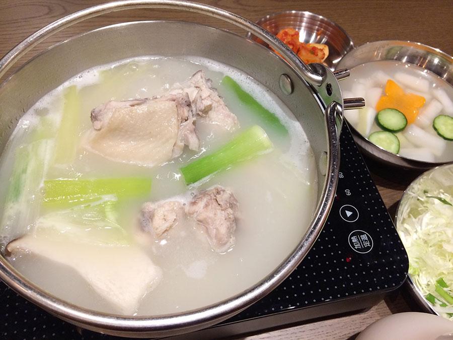 「韓国酒場 コッキオ」のタッカンマリ(鶏鍋)1人前1880円。キムチや千切りキャベツが入ったつけダレが付く