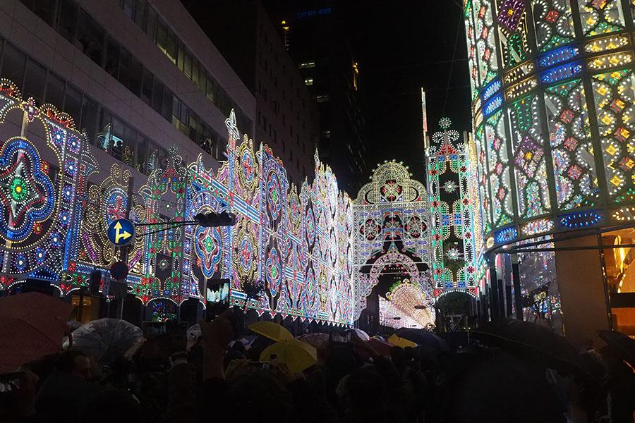 点灯の瞬間、写真を撮る人々(8日、神戸市)
