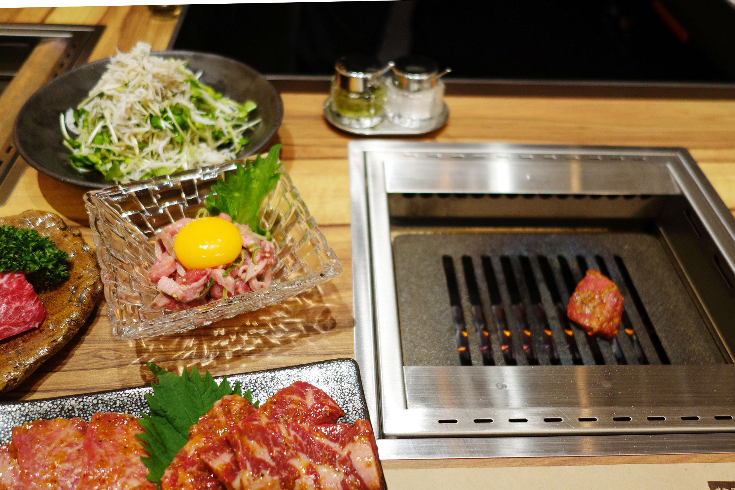 「やきにく 萬野」では、赤身ステーキの細切りユッケ風味の和牛スレンド780円などのお刺身系も
