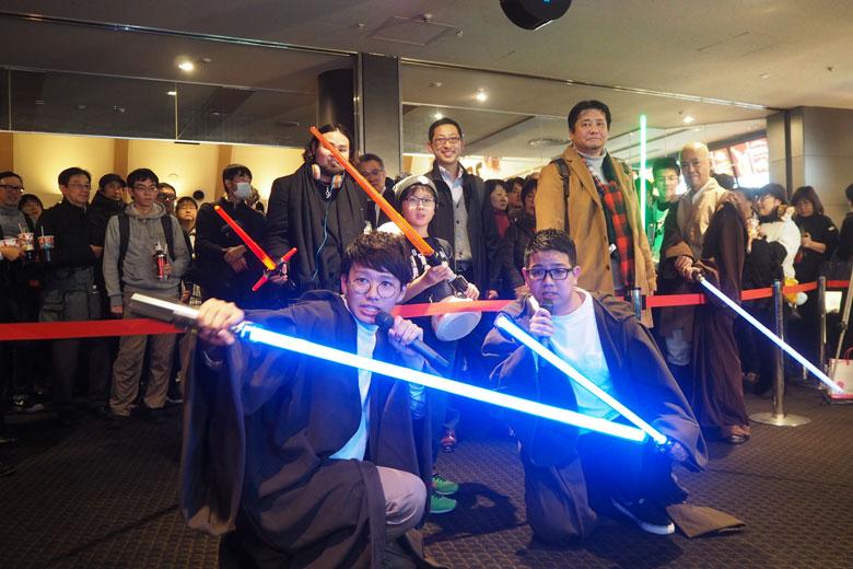 『スター・ウォーズ/最後のジェダイ』前夜祭に登場したミキの亜生(左)と昴生(14日、大阪市内)