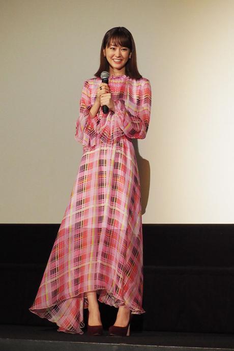 華やかなチェックのドレスで登場した桐谷美玲