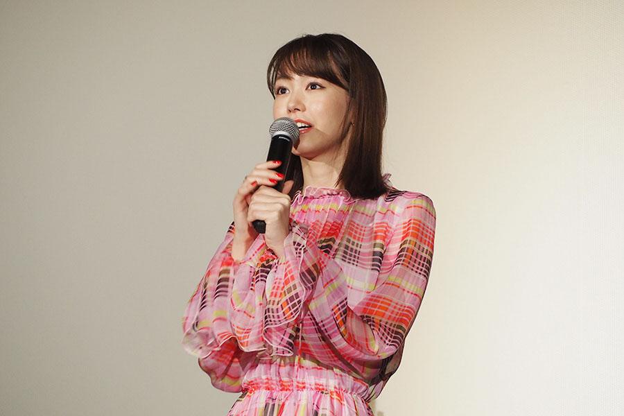 「小学校のときはいつもたこせんを食べてました!」と大阪での思い出を話す桐谷美玲(24日、大阪市内)