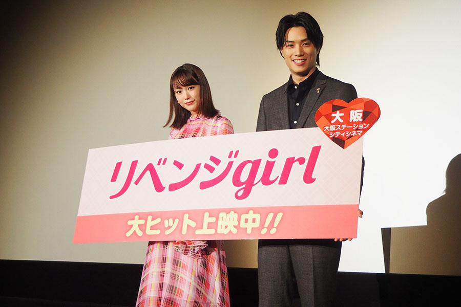 舞台挨拶に登場した(左から)桐谷美玲、鈴木伸之