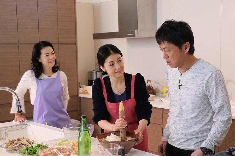 絶品鍋を調理する演歌歌手の藤あや子(中央)と坂本冬美(左)