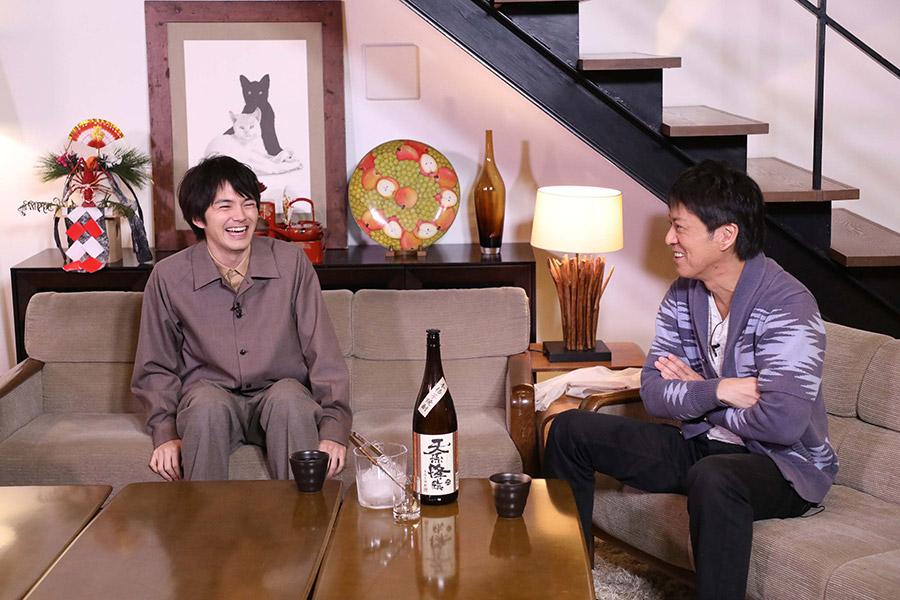 お気に入りの焼酎を手土産に登場した俳優・林遣都(左)とブラマヨ・吉田