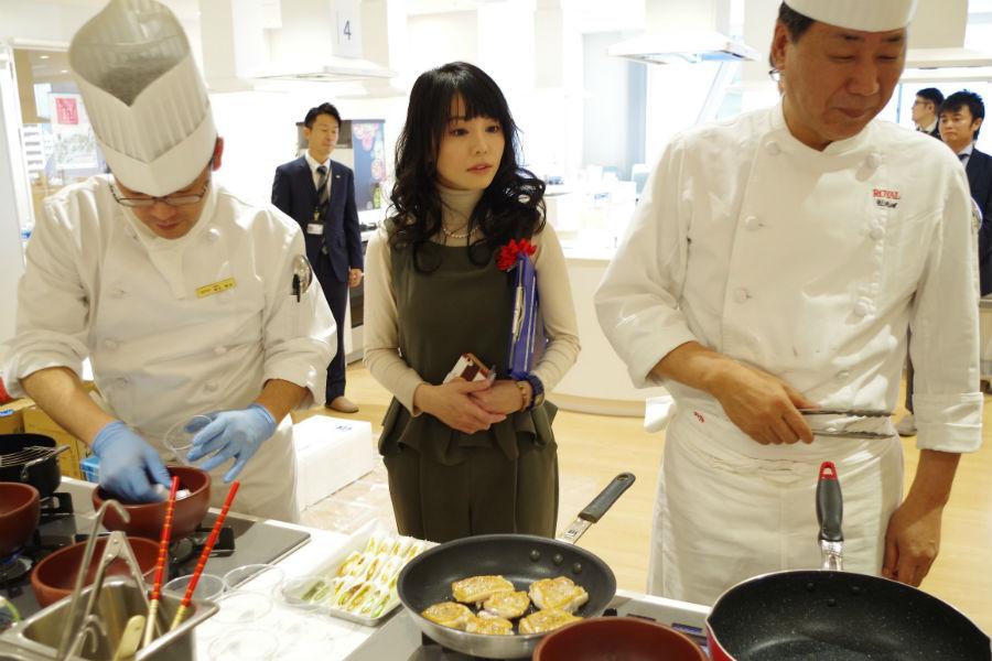 真剣な眼差しで料理人の説明に耳を傾ける審査員のひとり森崎友紀