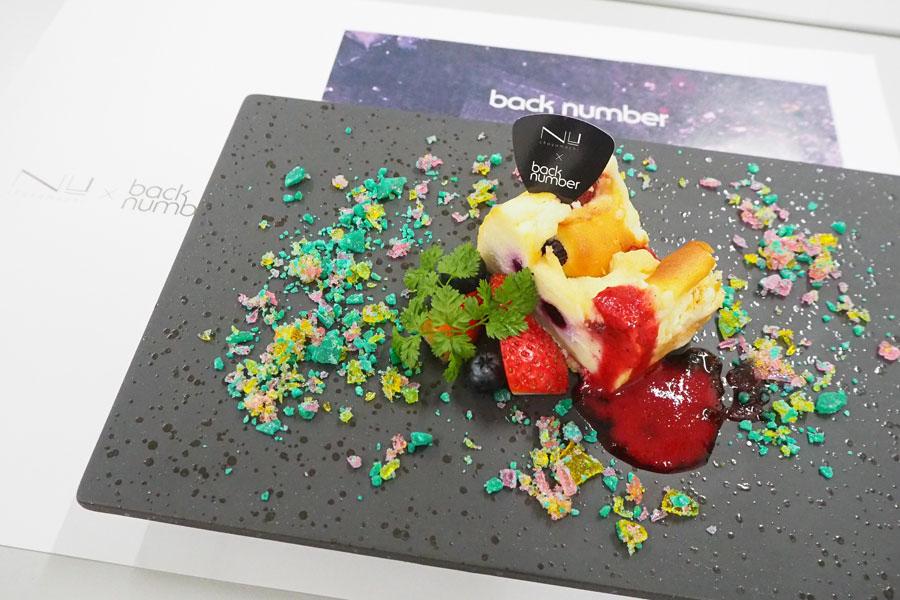 「NU茶屋町」8階のビアダイニング「KELLER KELLER vita」の「星空に浮かぶベリーのチーズケーキ」(各日限定5食/690円/オリジナルランチョンマット・フードピック付)